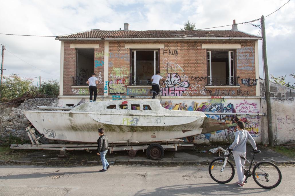 bateau_enfant_manolo_mylonas_photographie_banlieue_paris_paysage_urbain_humain_seine_saint_denis