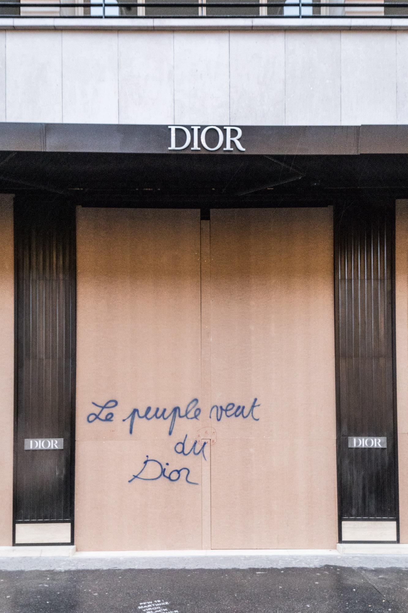 mur_gilet_jaune_paris_dior_manolo _myloas
